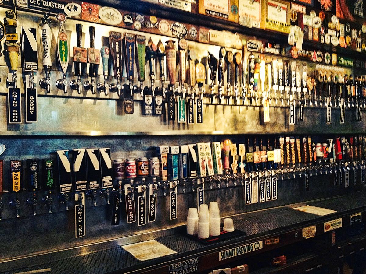 El Bait Shop in Des Moines has plenty o' beer options